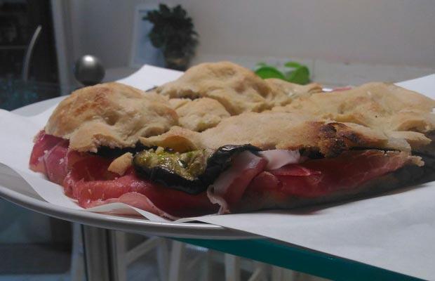 Schiacciatina crudo e melanzane Pizzeria Pizzicotto Fauglia (Pisa)