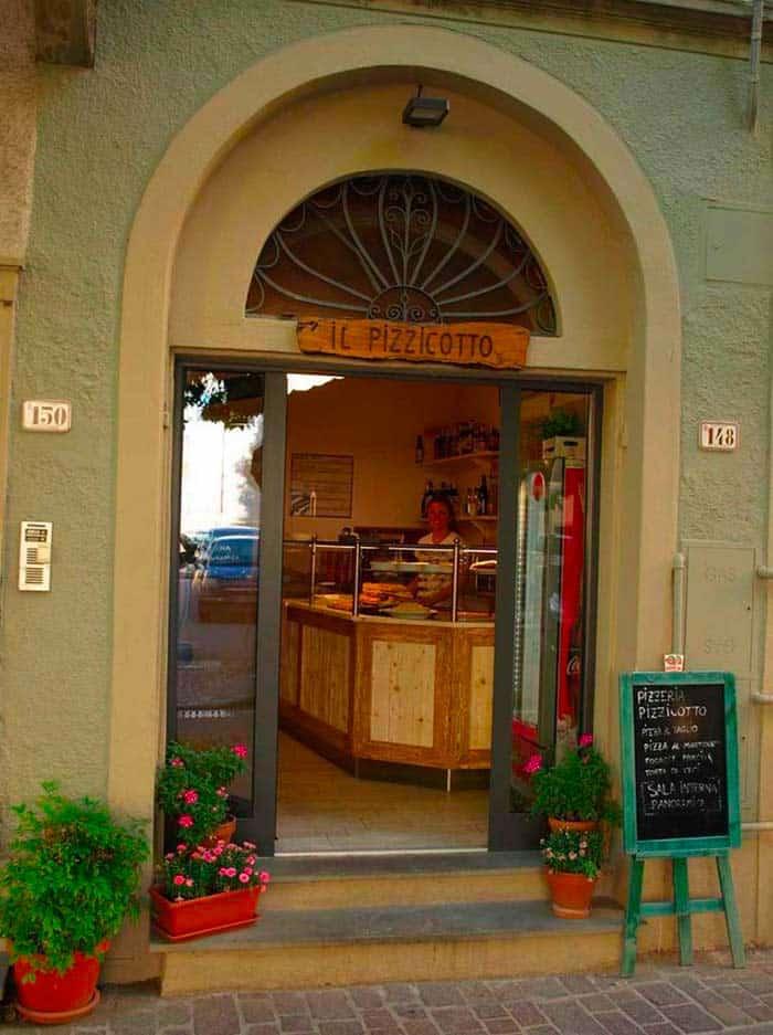 Fauglia ingresso della Pizzeria Pizzicotto, si intravede Laura al bancone